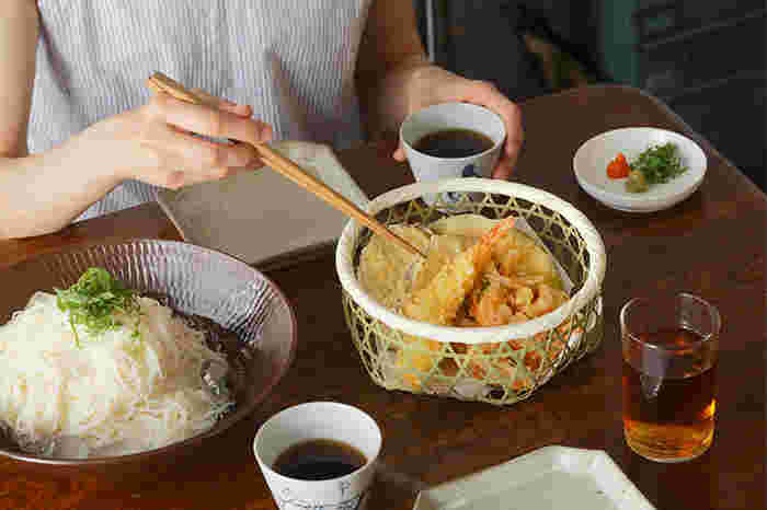 こちらは、六つ目の竹かご(中)に懐紙を敷いて天ぷらを盛り付けています。竹製品で有名な新潟県佐渡島で作られ、縁や底も丁寧に補強された丈夫な作りです。何をどのように盛り付けるか、考えるのも楽しいですね。