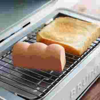 スチーム機能のない場合は、マーナのトーストスチーマー(陶器製)がおすすめです。  使い方は簡単で、スチーマーを水に浸してからパンと一緒に焼くだけ。スチーム機能付きのオーブントースターに買い替えなくても、ワンランク上の焼き上がりを実現できます。