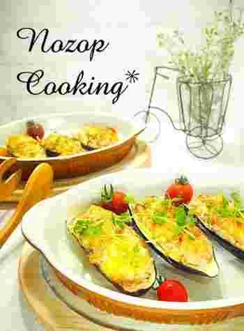 茄子をくりぬいて材料を混ぜたら、あとはトースターで10分♪和えて焼きっぱなしのお手軽料理です。 材料は、茄子、玉ねぎ、ハーフベーコン、明太子、マヨネーズ、とろけるチーズ