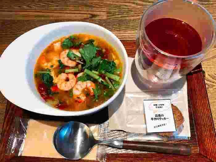 メニューは、薬膳スープとドリンクに加えて、お好みでトッピングを増やしたり・薬膳パウダーを選ぶ事ができます。辛さや苦さなどもあるので、お店の人に相談しながら、自分の身体の状態に合わせてチョイスするのがおすすめです。
