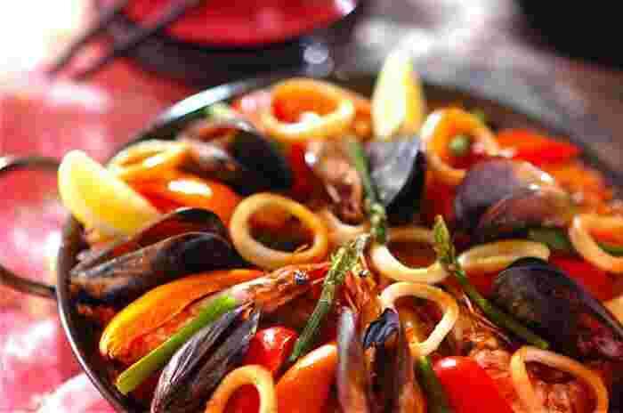 イカやエビ、ムール貝から出る魚介の旨味たっぷりのパエリア。ボリュームも満点で夜ご飯のメインにもぴったりです。ワインと一緒に頂くのも◎フライパンごとベランダへ運んで、ワイワイ楽しみながら取り分けるのもいいですね。