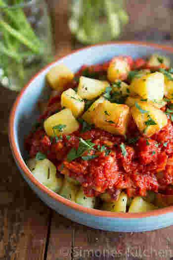 一口大に切ったジャガイモを揚げるレシピがコチラ。スペインでは、定番のタパスなんだとか。