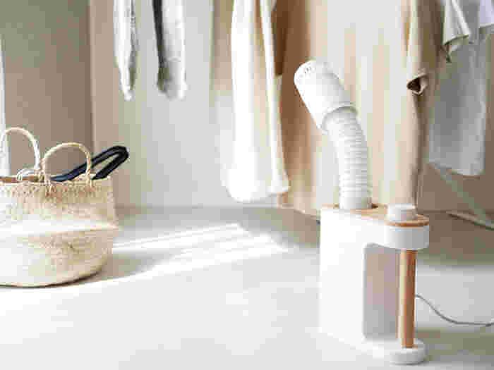 ダニ対策用の他、夏用・送風など、マルチに活躍!こんな風にホースを部屋干しの衣類に向けて温風を当てれば、生乾きを防いでくれます。専用アタッチメントを付ければ、靴の乾燥にも重宝しますよ。