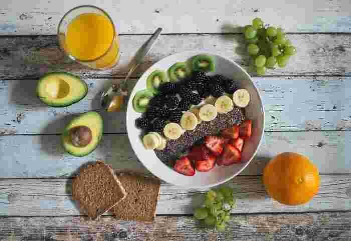 フルーツや野菜は、粉物を使うお菓子に比べカロリーもダウンでき、栄養も同時に摂取することができます。フルーツ類はコラーゲンの生成に働きかけるビタミンCを摂取することができ、スイーツにしやすいトマトは美肌効果が期待できるリコピン、アボカドは若干カロリー高めですが、その分不足しがちなビタミンB群を摂取することができます。