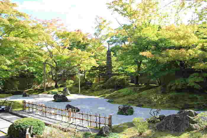 境内の庭には約350年前に造られた心字の池を中心とした石庭があります。こちらは「雲外天地の庭」で、松島湾に実在する七福神の嶋を仏の庭として表した「天の庭」といのちを意味した「地の庭」、そして松島湾を白砂、周囲の山々をコケで表し、天水橋がそれぞれを結ぶ掛け橋となっているそう。