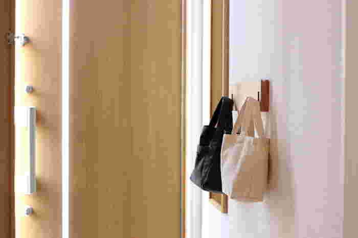 無印良品の「壁に付けられる家具」を利用すれば、いつも使うもの、翌日持っていきたい荷物や帽子を掛けておけます。 モノの定位置が決まることで、出かけるときもスムーズに♪