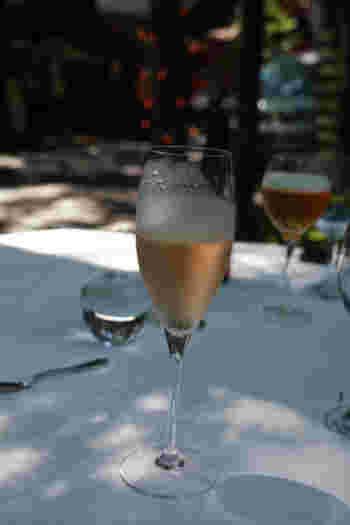 レストランには約7000本のワインが揃っていて、3,000円台から楽しめるリーズナブルなものもあるので、ぜひソムリエに相談しながら選んでみましょう。
