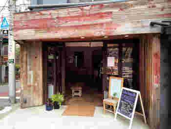 中目黒のおしゃれなショップに挟まれた、存在感のあるパン屋さん。天然酵母と有機栽培の素材を使用したパンが人気のこちらでも、美味しいスープがいただけます。