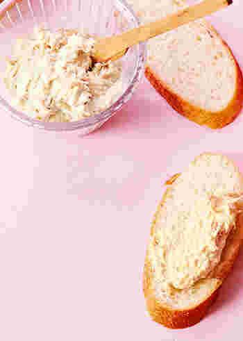 ツナ缶にクリームチースをプラスし、よく混ぜればあっという間に、ツナクリームチーズディップの完成です!  パテとしてもそのまま食べても、バケットに塗ってその上に小さく刻んだオリーブやトマトなどとあわせても・・◎。  味つけも塩胡椒少々だけで簡単!失敗知らずのレシピです。