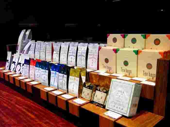 おうちで日本茶を楽しみたい方は、茶葉も購入できますよ。おしゃれなパッケージはギフトにも人気です。