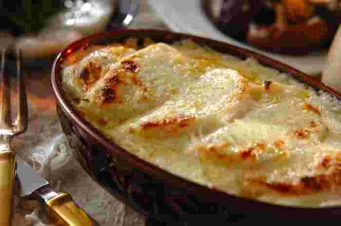 大根を使った洋食レシピのご紹介です。焼き大根と、豚バラを層状に重ね、更にホワイトソースを重ねた熱々グラタン。グラタンに大根、という発想はなかったですよね。歯ごたえを残した大根にホワイトソースが絡んで、考えただけで美味しそうです!
