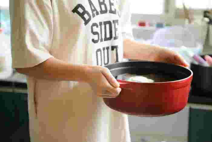 フッ素樹脂加工鍋も、ゴシゴシこすってしまうとコーティングがはがれてしまいます。水を入れて煮立たせた後、30分程置き、クリームクレンザーをつけたスポンジで優しくこすって汚れを落としましょう。