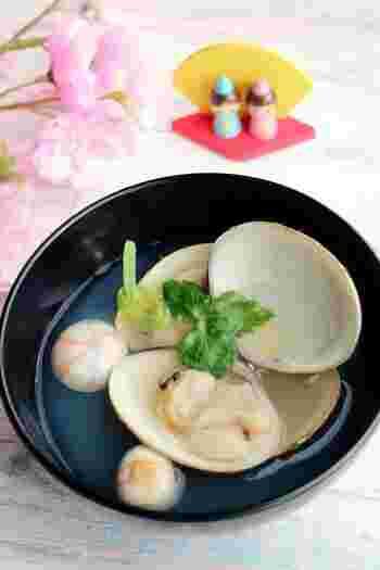蛤(はまぐり)をシンプルに気軽にいただくお吸い物レシピ。蛤は2枚の貝がぴったりと合うことから、仲の良い夫婦を表し、将来ぴったりの人と出会い、一生一人の人と添い遂げられるようにと願う縁起ものとして、ひな祭りに欠かせないメニューです。