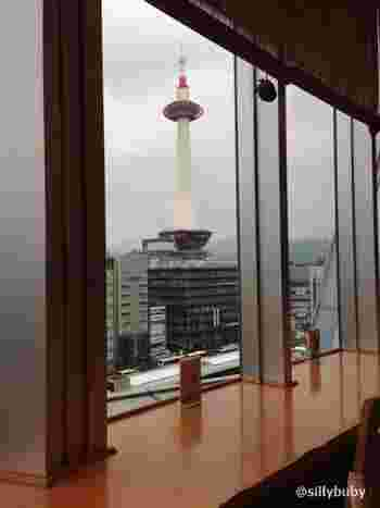 JR京都伊勢丹内の祇園辻利による茶房「茶寮都路里」。京都タワーが望めるカウンター席で、抹茶や抹茶スイーツが楽しめます♪