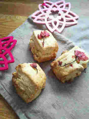 生地に桜の花の塩漬けとホワイトチョコを入れた桜スコーン。桜の塩気とミルキーなチョコの甘さが相性抜群です。