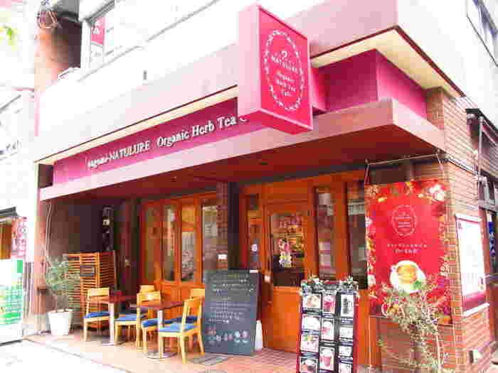 ハーブティーショップである『nagomi-NATULURE(なごみナチュルア)』の日本橋本店に併設されたハーブティーカフェ。  東京メトロ日比谷線、都営浅草線の「人形町駅」から徒歩約3分のところにあります。ハーブティーの専門的な知識を持ったティーコンシェルジュがその人にぴったりな一杯をセレクトしてくれます。