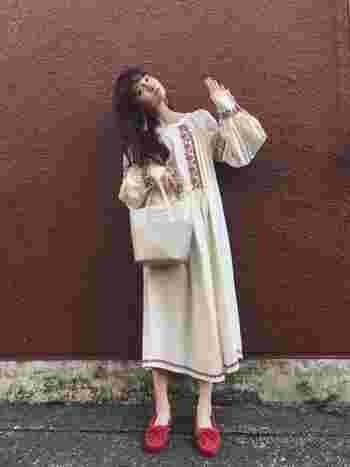 あくまでナチュラルスタイルをベースとして、ブラウスやスカート、ワンピースだけにボヘミアンな「要素」を程よくミックスしてみてください。  ボヘミアンな要素とは、刺繍、レース、ギャザーたっぷりのふんわりとしたお袖、フリンジやタッセルなど、民族的なディテールがあるものです。