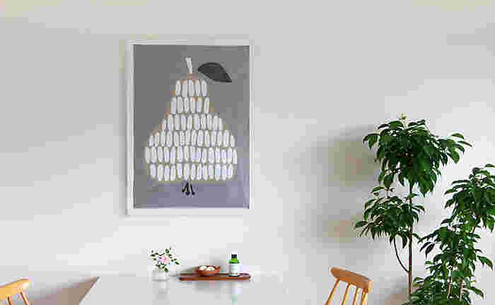 大きく洋梨が描かれたポスターは、手描きの味わいがどこかノスタルジックな印象を醸し出しています。落ち着きのあるグレーバックでいろいろなテイストのインテリアに寄り添ってくれます。