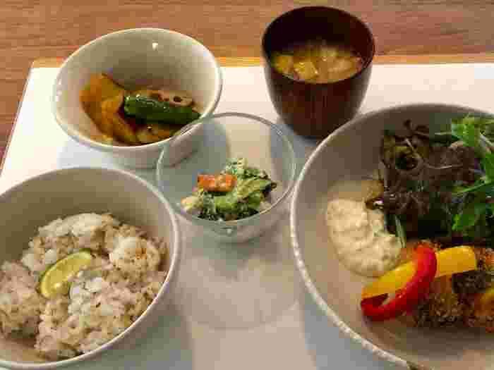 四国の食材や調味料が使われた、からだにも心にもやさしいランチをいただけます。カフェで使用されている家具は香川の職人さんのもので、店内で購入もできるそうですよ。