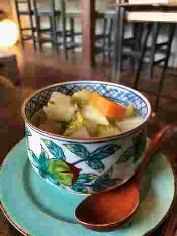 お野菜たっぷりのスープもランチでいただけます。器もステキですね。センスの良い空間でゆったり過ごしましょう。