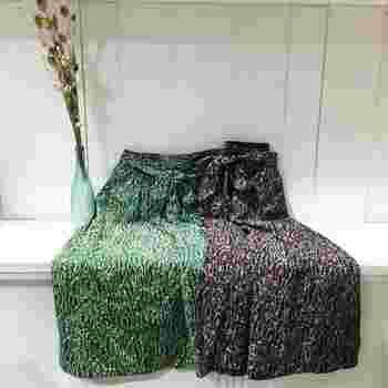 小花柄プリントは大柄のものより合わせやすくておすすめです。こちらのロングスカートは、総ゴム仕様のウエストで楽ちんな着心地ながら、フロントはリボンデザインでおしゃれ度も妥協しません。