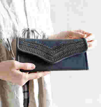 表のステッチが特徴的なYammartの長財布。世界各地の民芸品をヒントにしたというそのデザインからは、どこかオリエンタルな雰囲気が漂います。