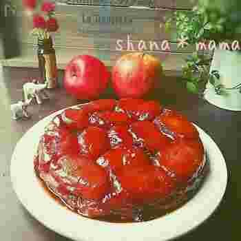キャラメリゼしたりんごを型に敷き詰め、そのうえにタルト生地をのせてオーブンで焼くのが基本の作り方。焼き上がったら、ひっくり返していただきます。冷凍パイシートを使うと簡単です。