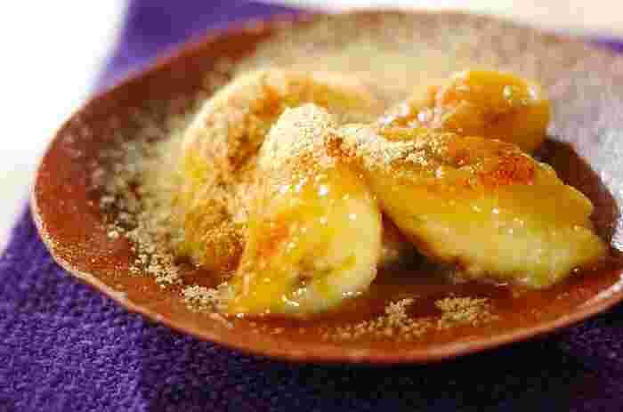 バナナに火が通ることで、とろとろとした食感と驚きの甘さを感じられるやさしいレシピです。最後にふりかけるきな粉がアクセントになっています。このまま食べるのも良いですし、バニラアイスを添えても美味しくいただけますよ。