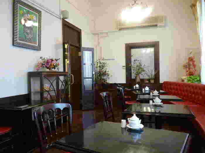 かつては執務室として使われていた部屋が、現在はカフェサロンとなっています。レトロなインテリアはまるでヨーロッパのお城の食堂のような雰囲気を醸し出しており、落ち着いた居心地の良い空間が広がっています。