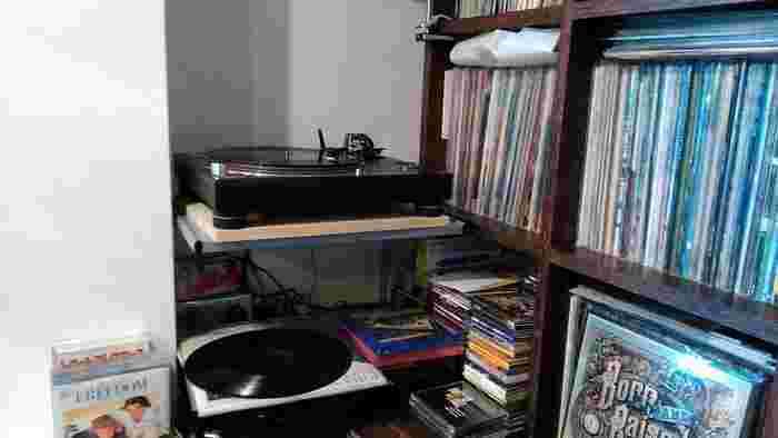 壁際には、今は懐かしいLPレコードがずらり。夜は音楽イベントを開催していることもあるので、音楽好きの方はお酒を飲みに訪れるのもよさそう。