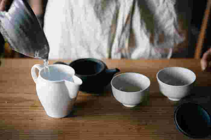 急須に茶葉をセットしたら、あとはお湯を注ぐだけではありますが、この時気をつけたいのは温度です。上等な緑茶は、ぬるめのお湯で淹れるのが鉄則。沸かしたお湯を一旦湯飲みに入れるなどして、適温に冷ましてから、急須に移します。この時、お湯を冷ます道具として、茶海があればとても便利。注ぎ易く、お茶を淹れる所作もとても綺麗に見えます。一方、ほうじ茶や番茶は、熱めのお湯でも美味しくいただけますので、沸かしたお湯を直接急須に注ぐのでも問題ありません。