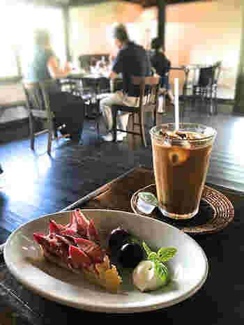 2階のカフェ「カーサ・ダ・ノーマ」は大人気。そのレトロな雰囲気もさることながら、ランチプレートもティータイムのスイーツも絶品で、開店直後から満員とか。