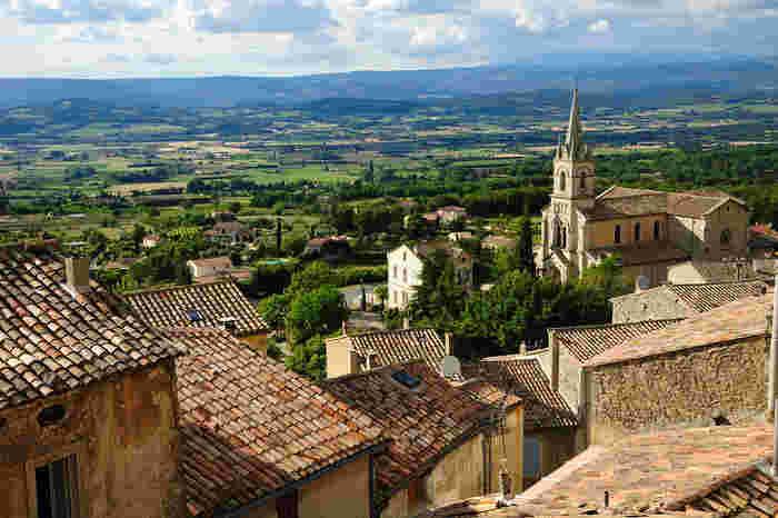 教会からの眺めは絶景そのものです。どこまでも広がる緑の大地と石造りの古い家々が見事に融和した風景は、絵画のような素晴らしさです。