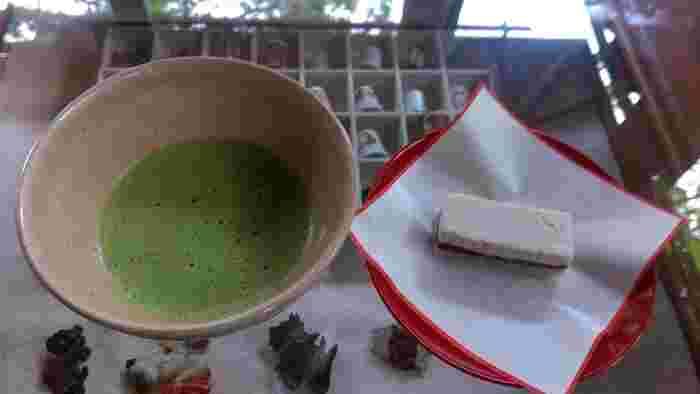 明月院では、参道にあるお茶屋さん「月笑軒」で抹茶をいただくことができます。お抹茶と季節ごとの和菓子がセットに。火鉢や囲炉裏など風情ある雰囲気で、のんびり過ごしたいですね。