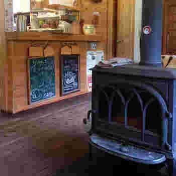暖炉のある店内は、木のぬくもりが感じられる居心地の良い空間が広がっています。