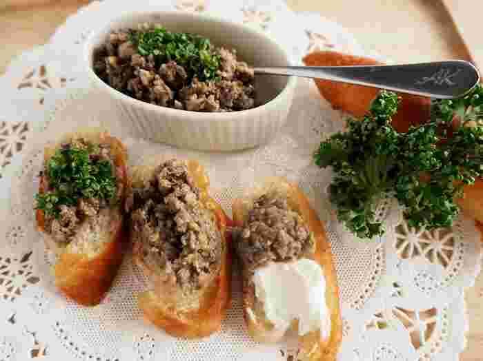 『2種のキノコのきのこペースト』  イタリアのおつまみとして有名な「ブルスケッタ」。トーストしたパンににんにくや塩胡椒などを振って食べるのが一般的ですが、写真のようにペーストをトッピングするのもおすすめ。マッシュルームとしいたけを細かく刻んで炒めると、簡単でおいしいペーストのできあがり。瓶詰めにすれば、持ち寄りパーティーにも◎