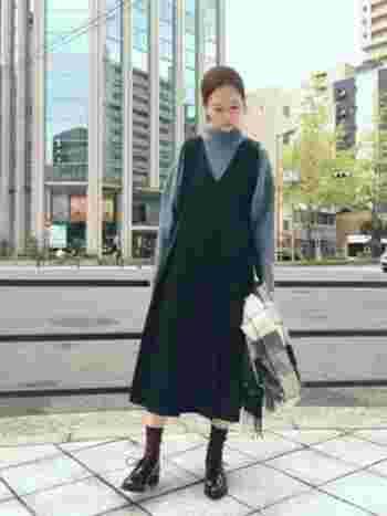 マニッシュな革靴に、淡い厚手のニットとジャンパースカートを合わせるとたちまち絶妙なコーディネートに。寒いときに、さっと羽織れるストールを手持ちで抱えれば、よりやわらかで女性らしい雰囲気も演出できます♪