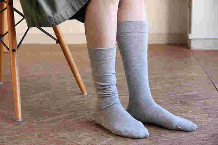 オーガニックコットンとヤクの毛で作られた靴下は、薄手で暖か。無地のハイソックスの他に、内側がパイルになっているデザインやルーズソックスもあります。お家でもお外に履いていってもおしゃれで暖か。
