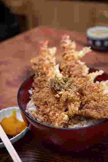 ドドーンとエビが器から飛び出るボリューム満点の上天丼。関東ならではの濃いめのツユがご飯と相性抜群です◎