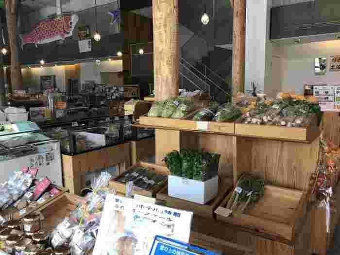 梼原で作られた美味しいものが勢ぞろいする、一階部分の「まちの駅 ゆすはら」。農産物のほか「龍馬脱藩に関するグッズ」なども♪見ているだけでも楽しめます。