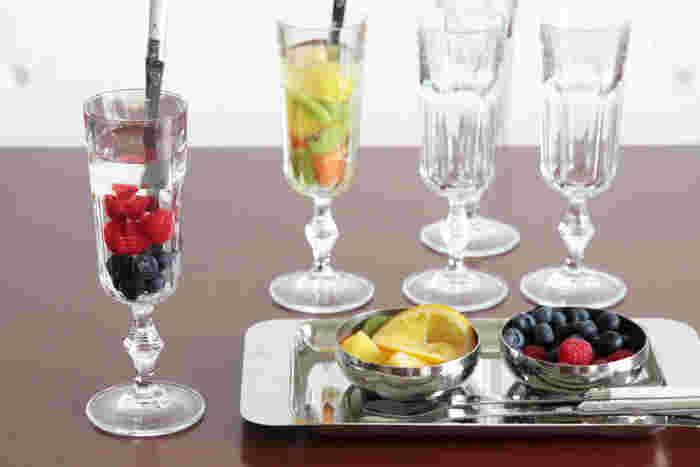 喫茶店にありそうなレトロな雰囲気のグラスなので、フルーツやパフェなどスイーツにもぴったり!ジュースを入れてもおしゃれに決まります。厚みのあるガラスなので扱いやすく、普段使いから特別な日まで、幅広く使えます。