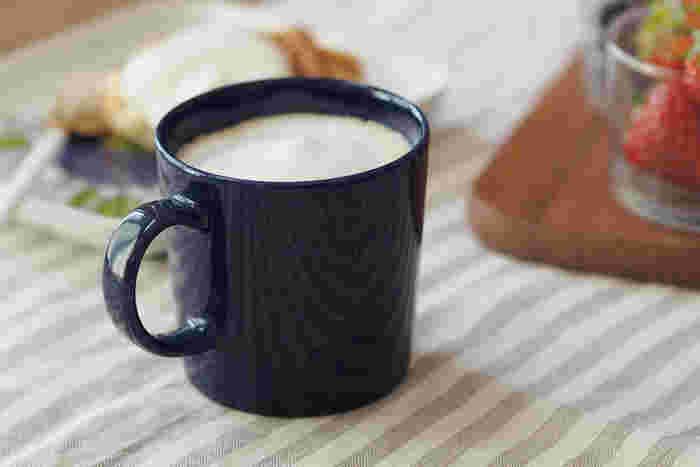 ダークブルーと思いきや、小さなドットが描かれています。デニムのように飽きが来ない、そんなマグカップになりそうです。