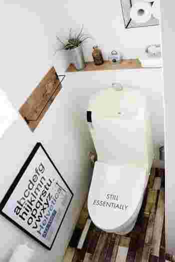 リメイクシートを使ってトイレをちょっぴりヴィンテージ感溢れるインテリアに。グリーンや雑貨などナチュラルなアイテムとも相性抜群です。