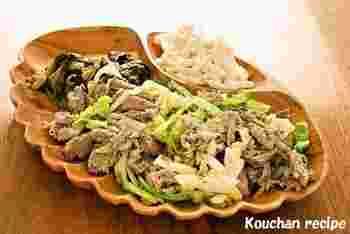 カルーアピッグは、本来は豚一頭を地中のかまどで蒸し焼きにして、身をほぐしたハワイの伝統料理。家庭では、バナナの葉っぱで(あれば)かたまり肉を包み、さらにアルミホイルをかぶせてオーブンで蒸し焼きします。バナナの葉がなければ、アルミホイルで包み焼きします。