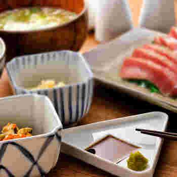三角形シルエットの豆皿は、中央部分のくぼみに醤油を入れると三角おにぎりのモチーフが浮かび上がります。 醤油を入れる豆皿ですが、薬味などを一緒に盛り付けることができるので、小さな取り皿としても活躍してくれそうですね。