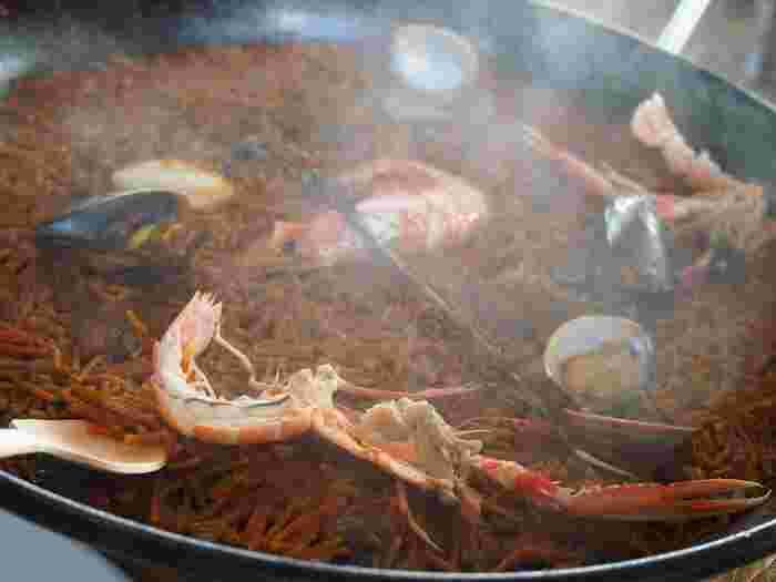スペイン料理といえばパエリアが有名ですが、カタルーニャ地方では米ではなくパスタを使ったパエリア=フィデウアが親しまれています。細く短いパスタが魚介や肉の出汁を吸って旨味ぎっしり!表面はカリッと歯ごたえが良く、内側はもっちり。これはぜひ一度は本場で食べてほしい名物です。