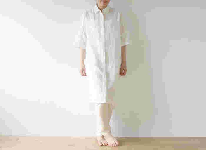 ひざ下丈のビッグシルエットのチュニックシャツは、シャツコートやワンピースにもアレンジできる万能アイテム。ホワイト×オフホワイトの組み合わせは、ぜひ夏に試してみたい!