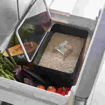 お米は野菜や果物と同じように「生もの」。お米の保存は、基本的に野菜と同じと覚えておきましょう。10~15℃ほどの比較的涼しい場所を選び、温度・湿度が低く直射日光の当たらない暗いところがよいでしょう。ベストな保存場所は「冷蔵庫の野菜室」です。