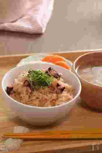 ちょっと豪華に、たこめしを土鍋で炊いてみましょう。土鍋で炊いてそのままテーブルに出せば、贅沢な気分を味わえそうです。味付けも薄味なので、子どももおいしくいただけます。