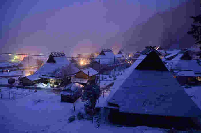 美山町を代表するのが「かやぶきの里」。日本の原風景に出会えるということで近年とても人気の観光スポットになっています。たくさんの民家が現存しており、北集落にある50戸のうち39棟がかやぶき屋根。平成5年12月には国の重要伝統的建造物群保存地区にも選定され、今もこの風景が守られています。雪が降る季節になると、一気にタイムスリップしたかのような素晴らしい景色に包まれるのも魅力のひとつ。